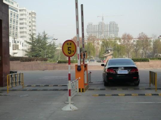 作为智能停车场管理系统的重要组成部分停车场道闸,在目前的停车问题较为严重的情况下,它在我们的生活中起到了很重要的作用,停车场道闸作为管理车流出入的系统,经常与停车场系统合并使用,那么在选取和安装时就要多加用心,选择一款合适自己停车场的道闸就能在今后停车管理中让人们停车、取车更加快捷方便。  一、停车场道闸德选取: 目前市面上停车场系统的种类比较繁多,功能也多种多样,因此,和停车场系统配套使用的道闸设备也出现了很多种类和样式,对于用户来说,选择一款适合自己使用的道闸设备是需要格外注意的。 首先,道闸的种类根
